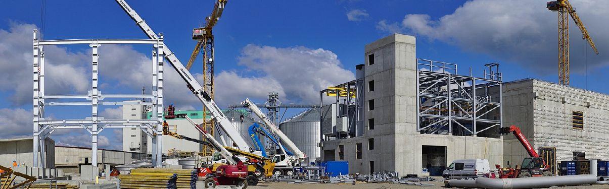 Foto van een bedrijfspand in aanbouw.